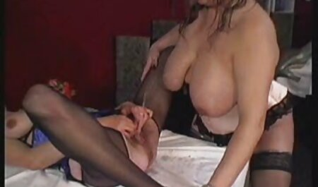 Puta joven tetona sexo gratis en español latino masturba apasionadamente su coño en las ruinas de la casa
