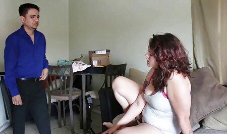 El coño de una joven zorra pelirroja se asienta sobre la polla artificial porno en latino español de un muñeco