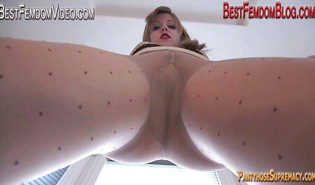 Una joven zorra se aceita el coño y ver peliculas porno en español latino se sienta sobre un vibrador