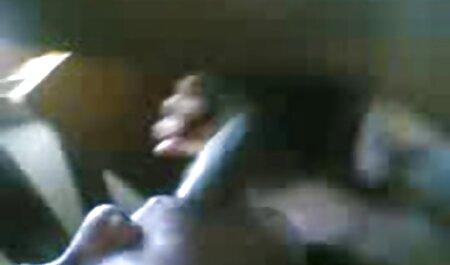 Esposa madura caucásica montada a horcajadas sobre la polla negra y porno con audio latino follando en la cama