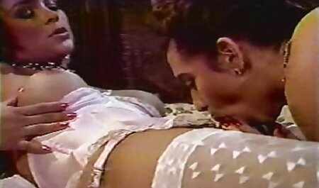 Un negro se la porno castellano latino chupa a una madura con piercings y bebe semen
